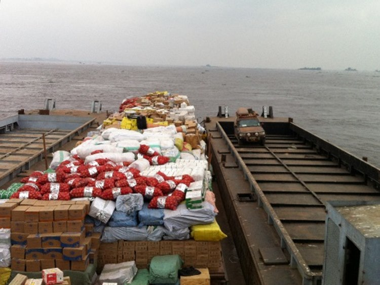 One empty barge and one fully loaded barge were pushed to Kinshasa by one boat