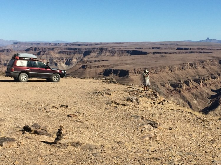Lipsticks brakes are still working – a few more meters and the canyon would have swallowed the car