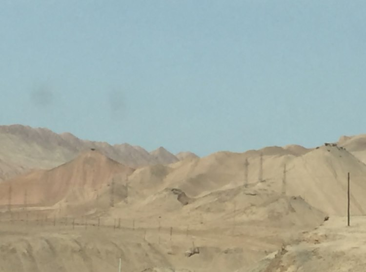 The sky, the rocks and the sands were bordering the route of Lipstick on the way to the next oasis called Turpan